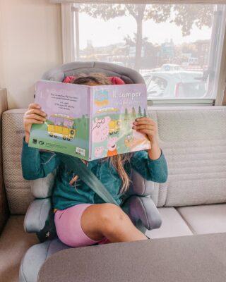 """~ bambini e camper: la nostra esperienza 🚐È proprio vero: i bambini in camper ci stanno bene!Il loro entusiasmo, però, da radici profonde. 👇 Dopo aver tanto desiderato il camper di Barbie, chiesto e ricevuto per il compleanno, dopo averci giocato con entusiasmo, è arrivato anche per loro il momento di trasformare il gioco in realtà.E un po' è stato così anche per me, sono sincera 😅🏘️ Ma d'altra parte la mini casa, la tiny house, come si dice in ammerica, è affascinante. Non fa per tutti, ma è geniale come si riesca ad allestire in così poco spazio una casa completa! Tu ci vivresti?Sa un po' di casa delle bambole, ma moderna e funzionale. Ma per viverci bene ogni gesto va misurato e su questo i bambini non sono proprio maestri!MA. Anche se questa prima esperienza non è stata risolutiva, ha cominciato ad instillare in loro quella mistica regola secondo la quale ogni oggetto non utilizzato va riposto subito senza mezze misure per non venir sommersi dagli oggetti in tempo zero.Le bambine sono state abbastanza brave per i loro standard, ma non posso che auto-suggerirci una seconda esperienza per metterle alla prova 😜Per il resto la mancanza di spazio non si è fatta sentire se non nei movimenti (""""fammi passare"""" leitmotiv del nostro viaggio). Un enorme letto comodo è stato sufficiente per le bambine per passare delle ore a disegnare.Durante i tragitti, invece, tra il raccontastorie (v. ultimo reel) e qualche gioco di carte se la sono passata, resta solo da risolvere il problema del """"mi è caduto"""". 🤷♀️ Ogni 3x2.Un tavolo magnetico con carte magnetiche non l'hanno ancora inventato? No, eh?~ E i tuoi bimbi cosa si portano in viaggio per giocare? . . . #camper #camperistiitaliani #camperitalia #instacamping #bonometticamper #ontheroad #peppapig #blogpost #viaggiarespensierati #ricordidiviaggio #diariodiviaggio #viaggioincamper #viaggiareperilmondo #viaggiarefabene #familybloggeritaliane #bimbicamperisti #viaggiaresempre #travelblogitalia #travelbloggeritaliane #travelbloggersch"""