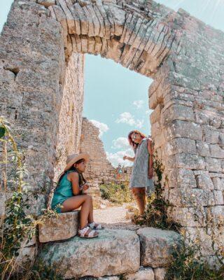 🇭🇷 DVIGRAD / DUECASTELLI, la cittadella abbandonataLa storia, il passato, quell'aspetto decadente di un luogo che non ce l'ha fatta a sopravvivere agli eventi, ma che non è del tutto scomparso, permettendoci di immaginare, calpestare le sue rovine, immaginarci come doveva essere ai tempi d'oro.👉🏻 Tutto questo è Dvigrad, un borgo fortificato di epoca medievale che si trova a ovest di Canfanaro (in Istria, tra Rovigno e Orsera) che, a causa di scontri militari ed epidemie varie è stato completamente abbandonato nel XVIII secolo.🏴☠️ Nel nostro lungo weekend piratesco a Rovigno non potevamo non visitarlo.Ti chiederai: cosa c'entra Dvigrad con i Pirati?☠️ Una leggenda che si racconta in Istria vuole che questo sia il sito nel quale il corsaro gallese Capitan Morgan, abbia sepolto i suoi tesori, frutto delle razzie nel Mar dei Caraibi.Si dice infatti che il Pirata abbia risalito il Canale di Leme (Limski Kanal) fino a raggiungere Dvigrad.👑 Si tratta ovviamente di una leggenda, ma noi siamo andati comunque alla ricerca del tesoro! Maaaa….no, non lo abbiamo trovato 😅🔜 Qualcosina però l'abbiamo trovata, quindi non perderti i prossimi post.✨ L'importante per noi è che le bambine si siano divertite, entrando ed uscendo da quelle che una volta erano piccole casette, esplorando, immaginando come si viveva lì, ballando danze medievali nella piazza principale.E a te piace visitare siti in rovina❓ . . . #piratidelladriatico #dvigrad #visitkanfanar #istria #istrien #croazia🇭🇷 #rovigno #wanderlustcroatia #itinerarifiabeschi #viaggiareconibambini #comenellefavole #dammilamanoblog #viaggiaresempre #igerscroatia #igersistria #famiglieglobetrotter #famigliegiramondo #igcroatia #visitistria #trustmeivebeenthere #hrvatska #piccoliesploratori #ideeweekend #lostincroatia #bimbiviaggiatori #viaggiareincroazia #travelwithkids #familytravelblog #famigliaitaliana #viaggiareconbambini