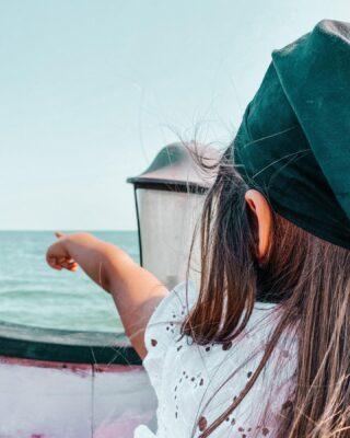 """PIRATI!! Arrrrrg 🏴☠️Eh sì, i Pirati sono i beniamini dei bambini. 🦜Per loro il concetto di (il)legalità sfuma, lasciando il posto all'avventura, alla simpatia (più che altro parodia), all'affascinante ambientazione marinaresca, ai costumi d'epoca, alle leggende sui mostri marini.I Pirati anche da noi riescono ad accendere la voglia di avventura!☠️Per questo lo abbiamo scelto come NUOVO TEMA FIABESCO. Lo abbiamo chiamato """"PIRATI DELL'ADRIATICO""""! ☠️Abbiamo scovato delle belle esperienze a tema piratesco proprio sul nostro mare e ti porteremo con noi!➡️ Nel blog trovi la nuova sezione """"Pirati dell'Adriatico"""" (link in bio). Lì ti abbiamo spiegato cosa rappresenta per noi questa ambientazione.=================👉 La nostra prima gita piratesca ci ha visti solcare il Mare Adriatico a bordo di un vero galeone pirata!⛵ Siamo saliti a bordo del Jolly Roger in compagna dell'associazione @laranacheride di Jesolo che organizza attività di gruppo per le famiglie.🎉 Iscrivendoti alla loro pagina Facebook accederai agli eventi con i quali potrai ottenere prezzi ridotti (sia per i residenti che per i vacanzieri).⚓ Salpati nei pressi di Piazza Mazzini, un pirata poliglotta ci ha accolto, dotati di bandane e spade e ci ha intrattenuto con scherzi, giochi di gruppo, balli e un'incredibile battaglia tra galeoni!🏴☠️ All'inizio le bambine era un po' intimorite, ma poi si sono lasciate andare e si sono godute lo spettacolo. Ora sono ansiose di vivere nuove avventure piratesche! D'altra parte, lo impareremo in questa esperienza, coraggiosi non si nasce…ma si diventa!❓Sei d'accordo? Ti ritieni una persona coraggiosa, timorosa o anche tu (come noi) cerchi pian piano di superare le tue paure? . . . . #dammilamanoblog #piratiadriatico #pirati #corsari #navigare #bucanieri #piratinviaggio #visitjesolo #myjesolo #jesolojournal #jesolo #jollyroger #jesololido #lidodijesolo #thelandofvenice #jesolobeachvenice #siviaggiare_veneto #visiveneto #venetodavivere #venetodaamare #piccoliviaggiatori #viaggiar"""