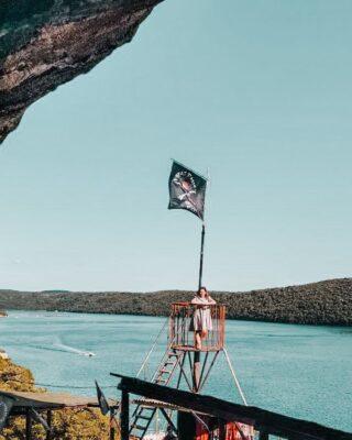 """🏴☠️ 𝗟𝗔 𝗚𝗥𝗢𝗧𝗧𝗔 𝗗𝗘𝗜 𝗣𝗜𝗥𝗔𝗧𝗜 𝗜𝗡 𝗜𝗦𝗧𝗥𝗜𝗔 🇭🇷Risalendo in barca il Canale di Leme, tra Rovigno e Orsera, si può giungere a questa location piratesca che vi consigliamo perché:⚓ È accessibile solo in barca, il che la rende un'attrazione imperdibile, quasi esclusiva; le escursioni partono dai maggiori centri della costa istriana;⚓ Per raggiungerla bisognerà arrampicarsi su tanti gradini, in mezzo alla vegetazione: il livello di avventurosità, per i bambini, aumenterà!⚓ Sembra davvero di avventurarsi in un covo dei pirati che chissà cosa combinavano quassù, lontano da occhi indiscreti (""""𝘺𝘰 𝘩𝘰 𝘩𝘰…𝘦 𝘶𝘯𝘢 𝘣𝘰𝘵𝘵𝘪𝘨𝘭𝘪𝘢 𝘥𝘪 𝘳𝘶𝘮 !"""")⚓ La grotta è piccola, ma affascinante e non potrete esimervi dal cercare, insieme ai bambini, tracce del tesoro del Capitano Morgan (non sai di cosa parlo? L'ho raccontato qualche post fa, a proposito di Dvigrad)⚓ I più temerari non potranno non salire sulla torre di vedetta e ammirare l'affascinante paesaggio del Canale di Leme⚓ Anche quassù si può """"bere una roba"""" o comprare qualche gadget a tema: ad accogliervi troverete infatti un bar con tavoli a sedere!🤷♀️ Purtroppo nella maggior parte delle escursioni in barca, la sosta è molto breve, ma per i bambini sarà comunque un bel divertimento!💰 Noi il tesoro, alla fine, lo abbiamo trovato al nostro rientro a Rovigno:➡️ scorri il carosello e scoprirai cosa abbiamo conquistato!Si chiama """"Il tesoro dei pirati""""...tu cosa avresti preso da questo tesoro? 🤩 . . . . #piratidelladriatico #itinerarifiabeschi #wanderlustcroatia #TrustMeIveBeenThere #croazia🇭🇷 #istriaexperience #visitistria #istriaonmymind #istriacroatia #istrien #limskikanal #limfjord #limfjorden #instabimbi #comenellefavole #siviaggiare #fiabe #favoleperbambini #fiabeperbambini #ceraunavolta  #famiglie #pirati #piratiinviaggio #famigliegiramondo #bambiniviaggiatori #viaggiareconibambini #famiglieinviaggio #bambiniinviaggio #bimbieviaggi #dammilamanoblog"""