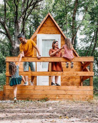 """🏕 GLAMPING IN ROMAGNA CON I BAMBINI 🇮🇹Avete mai dormito in tenda? E in una tenda di legno?A noi piacciono molto le soluzioni originali e ci piace cambiare e provare nuove esperienze.Per il nostro soggiorno a Bagno di Romagna, inoltre, avevamo una certezza: volevamo dormire in mezzo al bosco! 🌲Il nostro tema fiabesco #BoscoIncantato 🍄 è proprio questo: vivere a contatto con la natura, rispettarne il silenzio, imparare a non sporcarla e anche a fare tanto con poco.Dove abbiamo trovato tutto questo❓ 👉🏻 All' @altosaviocamping che ci ha permesso di provare le loro nuove tende di legno, delle soluzioni originali per vivere il campeggio con qualche comodità in più. In una parola: glamping! ✨ E poi a noi sono sembrate proprio le casupole degli gnomi, non trovate? 🤩Se sarete da queste parti, vi consigliamo di fermarvi e:⛺️ Provare una tenda in legno, può ospitare 2 persone + 2 bambini🔥 Cucinarvi qualcosa nel cucinino comune e mangiare all'aperto🍡 Dopo cena accendere un fuoco nel braciere e arrostire i marshmallow🌟 Godervi il silenzio del bosco e osservare le lucciole che verranno a danzare attorno a voi.Qual è il tuo alloggio ideale? ❤️ ➡️ Collocati in una scala che va da """"sacco a pelo in un bivacco di montagna"""" a """"hotel lussuoso in posti da sogno""""!Ti aspetto nei commenti ✨ ⤵️#viaggialocaleriscoprilatuaterra // in collaborazione con @altosavio_camping #altosaviocamping#tendeinlegno  #glamping #glampingitaly #theglampingshow #campeggiochepassione #visitbagnodiromagna #bagnodiromagna #inemiliaromagna #parcoforestecasentinesi #vivoemiliaromagna  #volgoitalia #appenninotoscoromagnolo #emiliaromagnaturismo #emiliaromagnaslow #volgoemiliaromagna #emiliaromagnadascoprire #diariodiviaggio #yallersemiliaromagna #boscoincantato #bambiniviaggiatori #roadtoemiliaromagna #piccoliviaggiatori #visitemilia #bambiniinviaggio #prettyromagna #viaggiaresempre #alloggiunici"""
