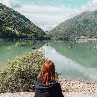 ⛵ 𝗖𝗢𝗦𝗔 𝗙𝗔𝗥𝗘 𝗔𝗟 𝗟𝗔𝗚𝗢 𝗗𝗜 𝗦𝗔𝗡𝗧𝗔 𝗖𝗥𝗢𝗖𝗘 ❓Dal sondaggio fatto nelle stories è emerso che non tutti conoscono questo lago oppure non ci sono ancora stati.✨ Ve ne parlo un pochino, perché trovo che sia uno dei più belli della zona e si possono fare molte attività anche con i bambini!➡️ Il Lago di Santa Croce🌟 è un lago naturale con una superficie di 7,8 kmq 🌟 Il suo bacino è stato tuttavia ampliato artificialmente per la produzione di energia idroelettrica 🌟 è il più grande lago interamente in Veneto (il Lago di Garda, infatti, il più esteso d'Italia, è compreso tra 3 regioni) 🌟 si tratta di un lago ben ventilato che permette di praticare sport come il windsurf, kitesurf, vela e canottaggio 🌟 al Lago di Santa Croce si pesca: si trovano trote, carpe, anguille, spinaroli, pesci persico, lucci, ecc. 🌟 sono presenti molte spiaggette sui vari versanti del lago 🌟 le spiagge più attrezzate e frequentate sono nel versante nord dove troverete anche campeggi, l'Ufficio Turistico, bagni e docce gratuiti 🌟 sui tratti erbosi sono allestiti dei solarium con sdrai e aree picnic, mentre per i cani sono riservate due aree Dog Beach 🌟 il lago è balneabile: vi serviranno scarpette da scogli, perché il fondale è sassoso 🌟sul lato nord, d'estate, è presente anche un bagnino che tutela la sicurezza dalla sua torretta 🌟 i parcheggi sono grandi, ma a pagamento (solo monete) 🌟 ci sono molti chioschi e aree ristoro su tutti i versanti del lago 🌟 è possibile fare il giro del lago lungo i sentieri ciclo-pedonali o anche percorrerlo per brevi tratti 🌟 nell'Oasi Naturalistica di Sbarai, ampia 30 ettari, si pratica il birdwatching (cannaiole, pendolini, aironi cinerini, cicogne bianche, ecc.)🏖️ Come vedete c'è tantissimo da fare e d'estate rappresenta una bella alternativa alla spiaggia, anche se nei giorni festivi è davvero molto frequentato.--------------------------------------------------------- Quale di queste attività che ti ho segnalato ti attira di più?Scrivimelo nei commenti! ✨